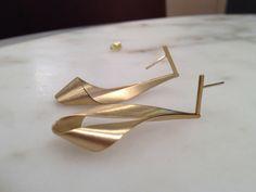 Artist Antonio Bernardo Matte Gold Dangling Ribbon Earrings For Sale Ear Jewelry, Gold Jewelry, Jewelery, Minimal Jewelry, Modern Jewelry, Earring Crafts, Jewelry Crafts, Gold Bridal Earrings, Dangle Earrings