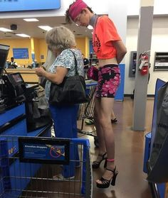 40 More Times Things Got Crazy at the Shopping Mall - Joyenergizer Go To Walmart, People Of Walmart, People Shopping, Shopping Mall, Blue Da Ba Dee, Walmart Pictures, Walmart Shoppers, Get Crazy, Yosemite Sam