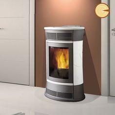 Termostufa a pellet che alimenta i termosifoni e i pannelli radianti a pavimento di tutta la casa. Può essere abbinata ai pannelli solari e/o alla caldaia a gas. Produce aria calda per riscaldare anche il locale di installazione (disattivabile).
