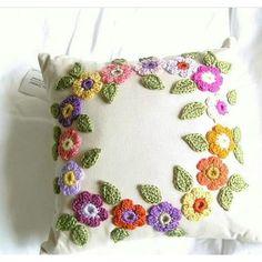 Crochet pillows with flowers in a circle Crochet Cross, Crochet Mandala, Crochet Flower Patterns, Crochet Home, Crochet Designs, Crochet Yarn, Crochet Flowers, Crochet Stitches, Crochet Cushion Cover