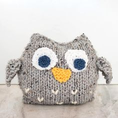 knitting patterns toys This Easy Plush Owl Knitting Pattern is perfect for beginners and it makes a great gift! Knitting patterns for plush animals are pretty hard to come by (cr Owl Knitting Pattern, Animal Knitting Patterns, Owl Patterns, Stuffed Animal Patterns, Loom Knitting, Free Knitting, Knitting Scarves, Knitting Kits, Free Crochet