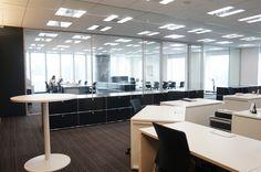 執務スペースの一画にある社長室。全面ガラスで仕切られているので、中の様子がよく分かる(写真:守山 久子)扇形レイアウトや席替えで活性化、クロスカンパニー 日経BP社 ケンプラッツ