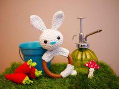 Hochet en bois- Anneau de dentition avec lapin en coton -fait main au crochet