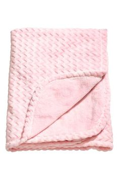Blanket in soft fleece with a zigzag pattern on the front.