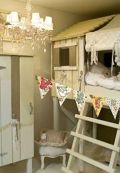 Vackert barnrum i bleka färger med mysig loftsäng och koja i ett.