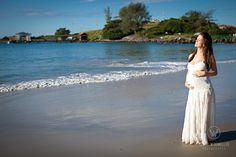 Gorgeous white dress to Maternity photos. Sessão Fotográfica gestante na praia com vestido branco.