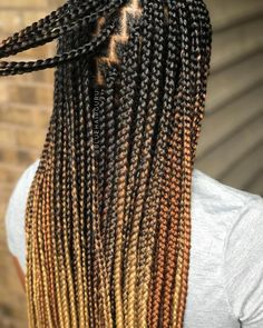All styles of box braids to sublimate her hair afro On long box braids, everything is allowed! For fans of all kinds of buns, Afro braids in XXL bun bun work as well as the low glamorous bun Zoe Kravitz. Colored Box Braids, Ombre Box Braids, Blonde Box Braids, Short Box Braids, Long Braids, Try On Hairstyles, African Braids Hairstyles, Older Women Hairstyles, Braided Hairstyles