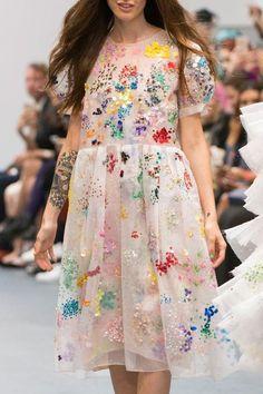 {Flower Field Dots} Ashish at London Fashion Week Spring 2016 - Details Runway Photos Fashion Details, Look Fashion, Runway Fashion, High Fashion, Fashion Show, Fashion Design, Fashion Trends, Fashion Pics, Korea Fashion
