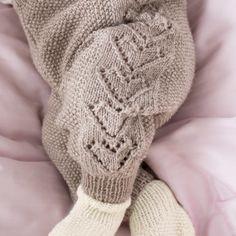 Bilderesultat for hvor mange cm mellom knapphull Knitting For Kids, Baby Knitting Patterns, Baby Barn, Baby Socks, Little People, Kids And Parenting, Diy Gifts, Diy And Crafts, Knit Crochet
