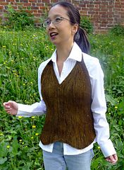 Spaziergang mit Emil (a walk with Emil) is seamlessly worked in garter stitch with no grafting. It is cast on center front and worked flat out to the sides in one piece. Optional bust darts are included and can be added according to cup size.