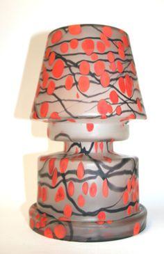 sehr schönes Dekor mit roten Punkten, Abmessungen:  Höhe: c. 28 cm, Durchmesser: c. 19 cm; muss neu elektrifiziert werden #tischlampe #tablelampe #kralik #artglass #artnouveautablelamp #artnouveau #desklamp #fineantiques #antiqueshopvienna #vintageshopvienna #kunst19bybg #Kunst19byBG #Kunst19byBG_Bettina_Gaber #antiquesinvienna #artforsale