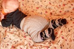 Cute and fun! Baby trousers, made from one pair of men's socks and one pair of women's socks :) #DIY #sew