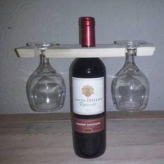 Outro porta vinho e taça.
