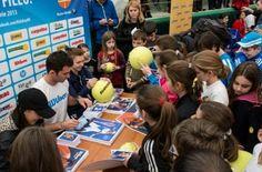 Simona Halep si Horia Tecau la KID'S DAY 2014 Simona Halep, Romania, Sports, Kids, Hs Sports, Young Children, Boys, Children, Sport