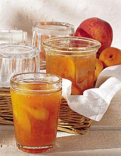 Recette confiture de pêches et d'abricots : Pressez les citrons. Plongez les pêches 1 min. dans de l'eau bouillante, puis rafraîchissez-les dans de l'eau g... Dessert In A Jar, Hummus, Frozen Yoghurt, Jam And Jelly, Sweet Sauce, Vegetable Drinks, Healthy Eating Tips, Food Menu, Caramel Apples