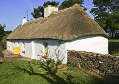 Self-Catering Cottages in County Cottages By The Sea, Cabins And Cottages, Country Cottages, Irish Cottage, Cottage Farmhouse, Time In Ireland, Ireland Country, Thatched Roof, Ireland Landscape