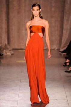 Дизайнер, заработавший имя на торжественных и очень нарядных платьях, вдруг от них отказавшийся —звучит почти неправдоподобно. Но, тем не менее, это все же почти правда. Зак Позен не перестал делать бальные платья, однако решил не