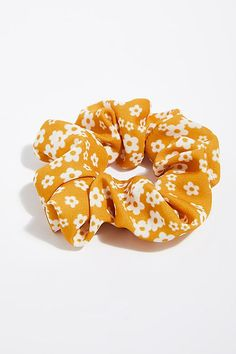 Best Stores to Buy Scrunchies & Scrunchie Hairstyles - Design & Roses Pigtail Hairstyles, Scarf Hairstyles, Cute Hairstyles, Scrunchies, Hair Accessories For Women, Fashion Accessories, Accesorios Casual, Twist Headband, Outfit Trends