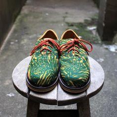 Esse Oxford estampado com zebrinhas verdes e amarelas, já foi uma camisa vintage, e o que sobrou, enfeitou nosso calçado exclusivo.  Peça única e exclusiva feita a partir do processo de confecção upcycling, reutilizando retalhos de roupas vintage. Produzidos em parceria com a Oficina da Gasp que mantém a forma tradicional de se produzir calçados, a mão. Mary Janes, Oxford, Flats, Shoes, Fashion, Vintage Fabrics, Printed Shoes, Vintage Clothing, Quilts