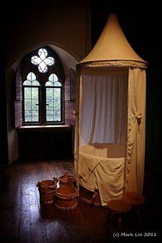 Banheiro de Catarina de Aragão em Leeds Castle. O castelo, foi uma das muitas residências reais, usadas por Henrique VIII - no caso, com sua primeira esposa, Catarina de Aragão. Ele é uma fortaleza normanda, construída em 1119, em Kent, Inglaterra. Atualmente, é aberto à visitas.