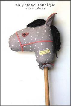 Cheval à baton, poney tissu bois jouet peluche gris rose étoiles