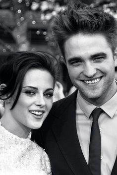 Robert Pattinson And Kristen Stewart - smiling? Must be photoshoped.
