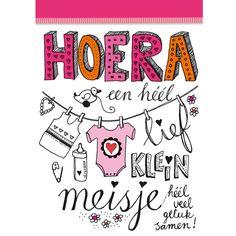 Mooie dubbele wenskaart voor de geboorte van een meisje. In de illustratie staat 'Hoera, een héél lief klein meisje. Heel veel geluk samen.' Ook de binnenzijde is volledig full color, met illustratie. Wordt geleverd met mooie bijpassende gekleurde envelop!