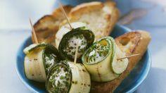 Perfektes Fingerfood: Zucchini-Frischkäse-Rollen | http://eatsmarter.de/rezepte/zucchini-frischkaese-rollen