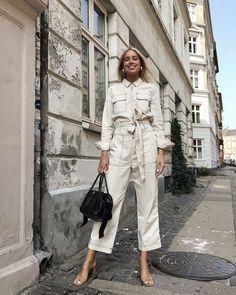 Minimalist heels and jumpsuit outfit Summer Minimalist, Minimalist Fashion, Womens Fashion Online, Latest Fashion For Women, Heels Outfits, Cool Outfits, Denim Overall, Leder Boots, Boiler Suit