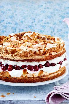 Diese Torte schickt der Himmel! Luftiger Teig, Baiser und Sahne trifft auf saftige Kirschen. Sooo gut! #rezept #torte #himmelstorte #sahne #kirschen #kirschtorte #baiser #baisertorte #kaffeeklatsch #backen #idee #geburtstagstorte Easy Strawberry Desserts, Quick Easy Desserts, Desserts For A Crowd, Quick Easy Meals, Dessert Cake Recipes, Easy Cake Recipes, Cheesecake Recipes, Lime Cheesecake, Baking Recipes