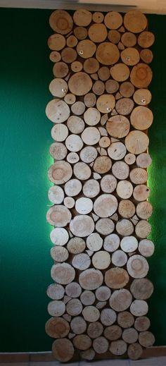 Natürlicher kann eine Garderobe fast nicht sein. Aus Holzstücken eine stylische und moderne Alternative zur normalen Garderobe. Sie kommt besonders gut auf der uni farbenden grünen Tapete zur Geltung,