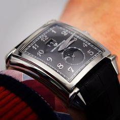 Wristshot of the day, Vintage 1945 large date moonphase grey dial #montre #moonphase #artdeco #innovation #luxury #luxurywatches  #watches #wristshot #orologi #uhren #reloj #relogios #timepiece #horology #horlogerie #hautehorlogerie #menstyle