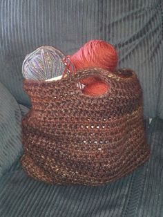 This is an easy tote bag a made using chunky yarn and a half double crochet stitch