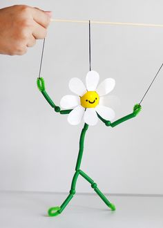 How To Make A Marionette: DIY Dancing Daisy Pasta Puppet This daisy puppet is so excited for summer that she can't stop dancing about it! Summer Crafts For Kids, Diy For Kids, Kids Crafts, Arts And Crafts, Summer Kids, Preschool Crafts, Beach Crafts, Craft Projects, Craft Ideas