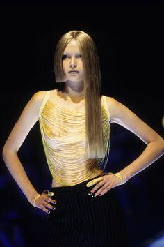 Alexander McQueen Spring 1998 Ready-to-Wear Fashion Show Details Dark Fashion, High Fashion, Fashion Show, Fashion Design, Fashion Fashion, Fashion Brand, Original Supermodels, Textiles, Runway Models
