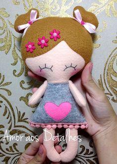 Felt Fabric Crafts Feltro - Tutorial Boneca em Feltro Molde e Tutorial Passo a Passo. Felt Diy, Felt Crafts, Fabric Crafts, Sewing Crafts, Felt Dolls, Doll Toys, Wool Felt Fabric, Kawaii Plush, Mermaid Dolls