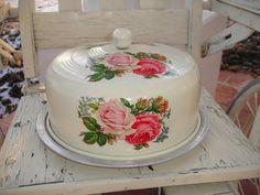 Vintage cake carrier T.how pretty! Vintage Bread Boxes, Vintage Cake Plates, Vintage Tins, Vintage Dishes, Vintage Canisters, Vintage Kitchen Decor, Vintage Decor, Vintage Ideas, Pie Carrier