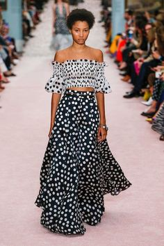 The complete Carolina Herrera Spring 2019 Ready-to-Wear fashion show now on Vogue Runway. Spring Fashion Trends, Fashion Week, Look Fashion, Trendy Fashion, Runway Fashion, Fashion Design, Milan Fashion, Fashion Brands, Trendy Style