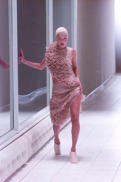 Kate Moss au défilé Alexander McQueen printemps-été 2001 http://www.vogue.fr/mode/cover-girls/diaporama/kate-moss-15-annees-sur-les-podiums/4533/image/372188#alexander-mcqueen