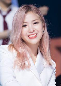A community for fans of the K-pop girl group ITZY, under JYP Entertainment. Kpop Girl Groups, Korean Girl Groups, Kpop Girls, Peinados Pin Up, New Girl, K Idols, Pink Hair, Girl Crushes, Asian Girl