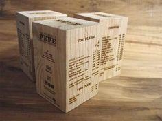 Esta carta de menú con forma de prisma y realizada en madera maciza de primera calidad, dará a tus clientes algo nuevo tanto a nivel estético como usable.