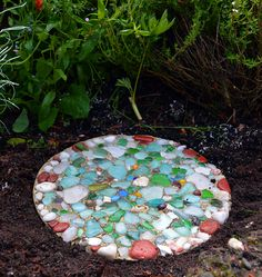 Preserve the memory of a beach visit with a mosaic garden stepping stone. Featured on CC: http://www.completely-coastal.com/2012/07/how-to-make-garden-stepping-stones.html
