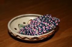 Bratara pe sarma cu memorie si margele colorate. Culori: bleumarin, mov, roz, roz deschis, turcoaz, gri. Latime - 6 spire. P15
