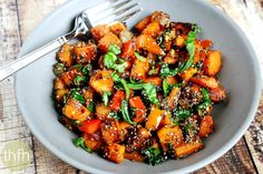 Spicy Red Pepper and Spinach Sweet Potato Hash Browns.made with clean ingredients and they& vegan, gluten-free, dairy-free, nut-free and paleo-friendly Vegetarian Recipes, Cooking Recipes, Healthy Recipes, Side Recipes, Clean Recipes, Healthy Cooking, Yummy Recipes, Healthy Food, Recipies