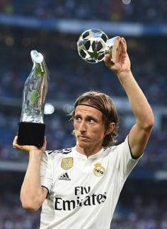 Luka Modric of Real Madrid celebrates with his UEFA Men's Player of the Year award before the La Liga match between Real Madrid CF and CD Leganes at Estadio Santiago Bernabeu on September Get premium, high resolution news photos at Getty Images Real Madrid Football Club, Real Madrid Players, Football Is Life, Football Players, Ronaldo Real Madrid, Gareth Bale, James Rodriguez, Paul Pogba, Isco