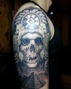 Maya Tattoo Hand Schädel Schulter Pyramide