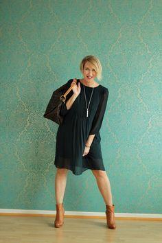 Outfit: flaschengrünes Chiffonkleid mit Stiefeletten