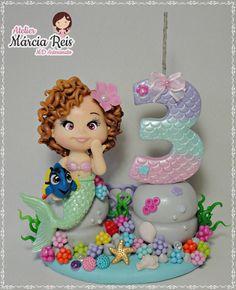 Topo de Bolo Sereia . . . #biscuit #porcelanafria #coldporcelain #pastaflexibe #mdartesanato #mamaesfesteirasrj #mamaesfesteirassp #inspiresuafesta #facasuafesta #festadeluxo #sereiadebiscuit #sereiaparty #festasereia #sereiadebiscuit #festademenina Biscuits, Mermaid, Desserts, Sprinkle Cakes, Door Hangings, Modeling, Candles, Meet, Ornaments