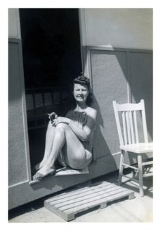vintage everyday: How to Hold a Cigarette in Style – 47 Vintage Snapshots Show Smoking Women in the 1940s