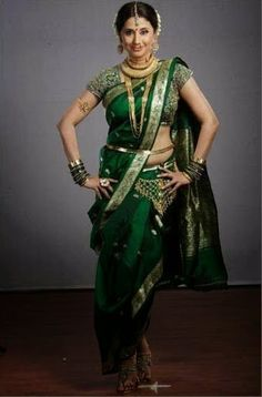 Do you want to Drape your saree in Marathi Style? Check out our set by step guide to Saree Draping in Marathi Style or Maharashtrian Style. Marathi Saree, Marathi Bride, Marathi Wedding, Bengali Bride, Pakistani, Indian Dresses, Indian Outfits, Indian Clothes, Kashta Saree